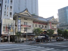 歌舞伎座前を通って…