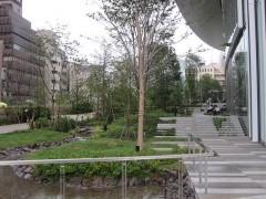 階段を上がると庭園