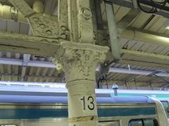 白い柱は屋根を支える