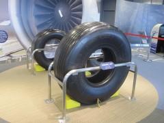 ボーイング787の車輪とダミーの比較
