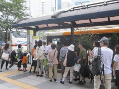 臨時バス乗り場には長蛇の列