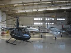 格納庫に置かれたヘリコプターや飛行機の展示