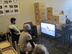田中功起《一つのプロジェクト、七つの箱と行為、美術館にて》