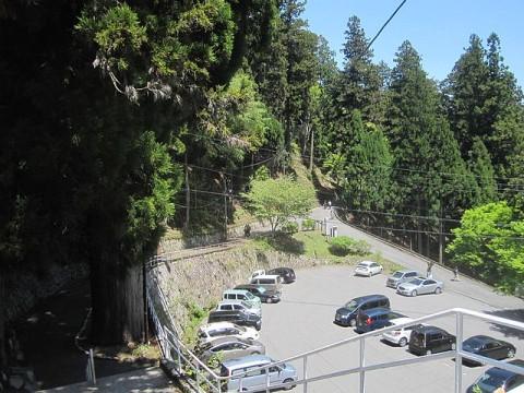 東塔バス停から延暦寺と駅方面を眺める