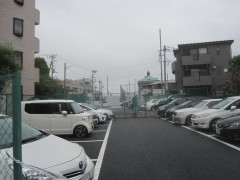 B:工場跡方面はずっと駐車場が続く