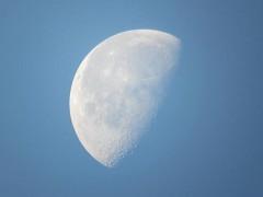 沈みゆく元日の月