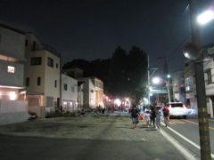 写真奥が富士塚で右側を走るのが現在の道路、かつての建物は取り壊され広くなっている