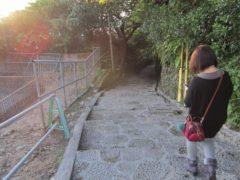 石畳の階段を歩く