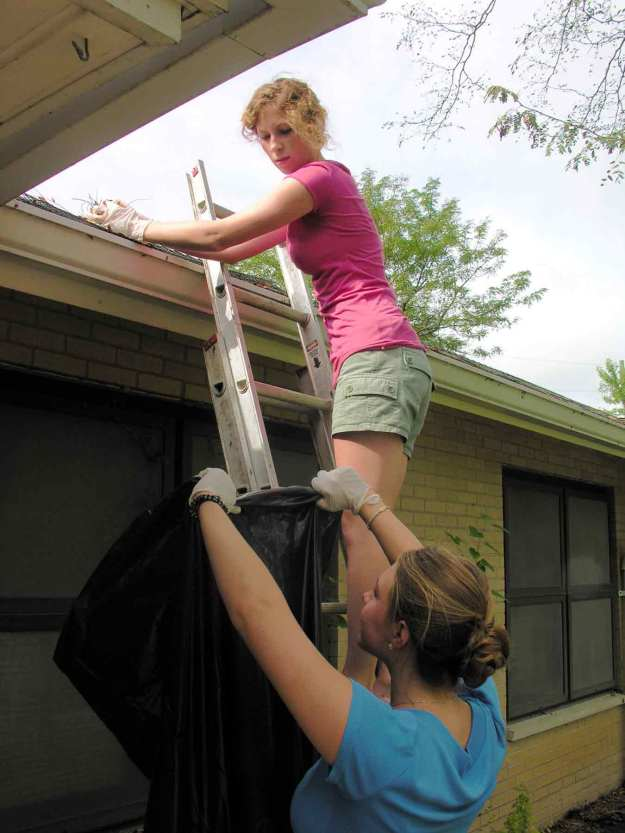 cleaning-clogged-gutters