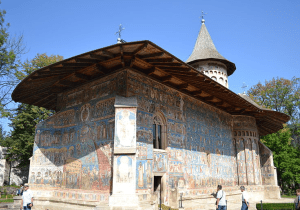 Photo 13. The Voroneț Monastery in Moldova has a wooden roof with eaves extended to protect the frescoes on its exterior walls. Photo: Rolly00, Creative Commons Attribution.