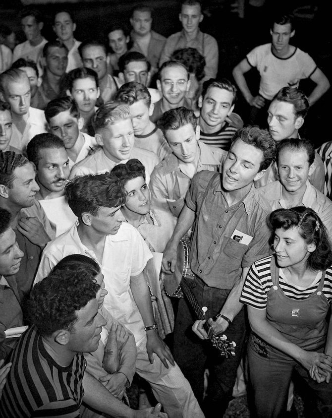 Pete Seeger sings at American Youth Conference (1941).
