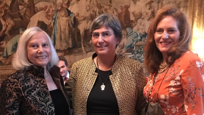 Hunter alumna Gloria Neuwirth '55, left, pictured with her daughter and the night's honoree Jessica Neuwirth, right, and President Jennifer J. Raab.