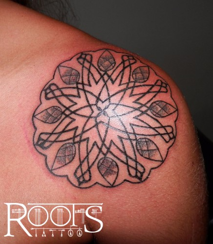 Mandala Hombro Chica Roots Tattoo Granada
