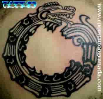 42 El Tatuaje Azteca Csec Por Serafín Rabé Roots Tattoo Granada