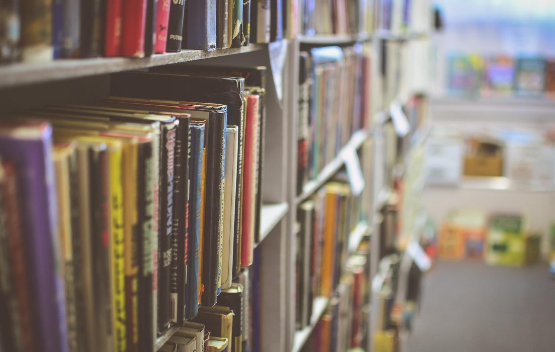 Estantes repletos de cuentos y libros infantiles