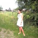 Un ciel bleu, une robe blanche