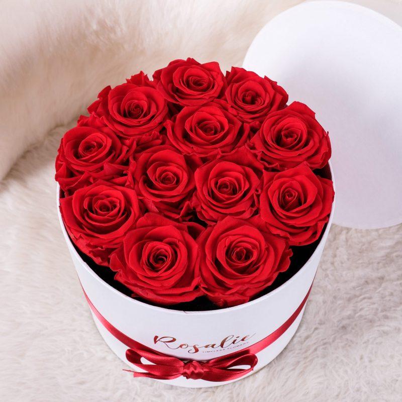 scatola con 12 rose rosse per San Valentino con nastro rosso abbinato