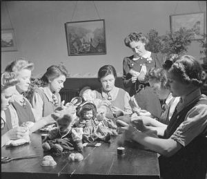 """Making Citizens- Everyday Life at An Approved School in Leicester, Leicestershire, England, UK, 1945 D24757"" von Ministry of Information Photo Division Photographer - http://media.iwm.org.uk/iwm/mediaLib//44/media-44888/large.jpgThis is photograph D 24757 from the collections of the Imperial War Museums.. Lizenziert unter Gemeinfrei über Wikimedia Commons - https://commons.wikimedia.org/wiki/File:Making_Citizens-_Everyday_Life_at_An_Approved_School_in_Leicester,_Leicestershire,_England,_UK,_1945_D24757.jpg#/media/File:Making_Citizens-_Everyday_Life_at_An_Approved_School_in_Leicester,_Leicestershire,_England,_UK,_1945_D24757.jpg"