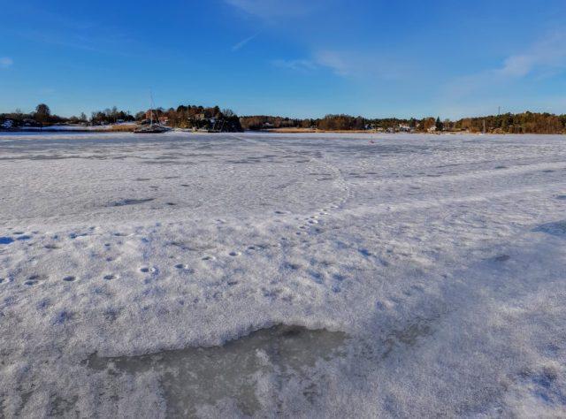 Typisk god plass til fiske etter sjøørret om våren. Nå må bare isen smelte.