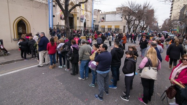 Mucha gente en la iglesia San Cayetano.