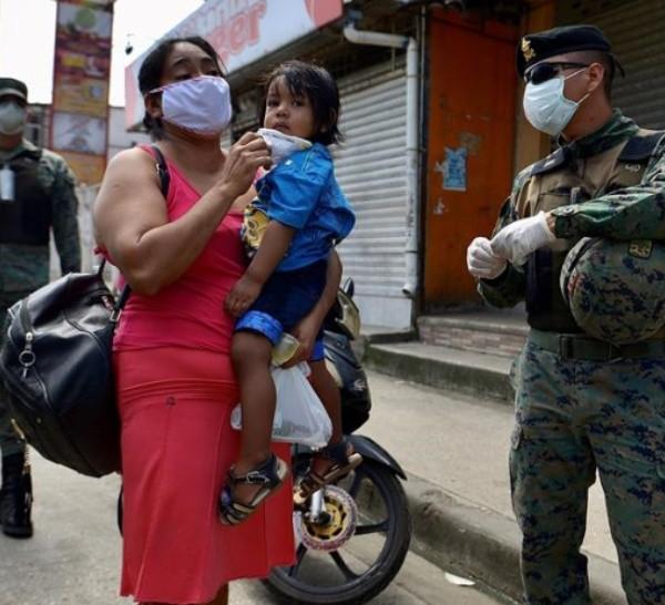 Ecuador: militares realizan controles en las calles de Guayaquil.