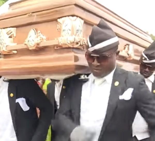 Una imagen de un funeral de Ghana presente en los memes.