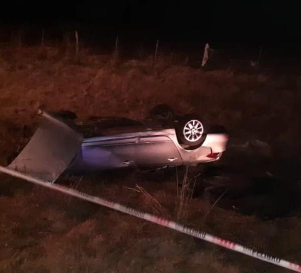 El Renault Fluence terminó volcado sobre la banquina.