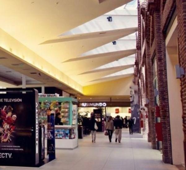 Los locales que funcionan dentro de los centros comerciales aún no podrán abrir.