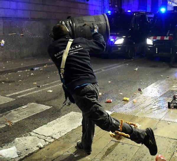 Violentos disturbios se dieron en Barcelona al cabo de una protesta por el nuevo aislamiento
