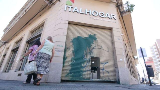 Amenazaron a las hijas de Carloni y vandalizaron su negocio: el video del ataque   Rosario3