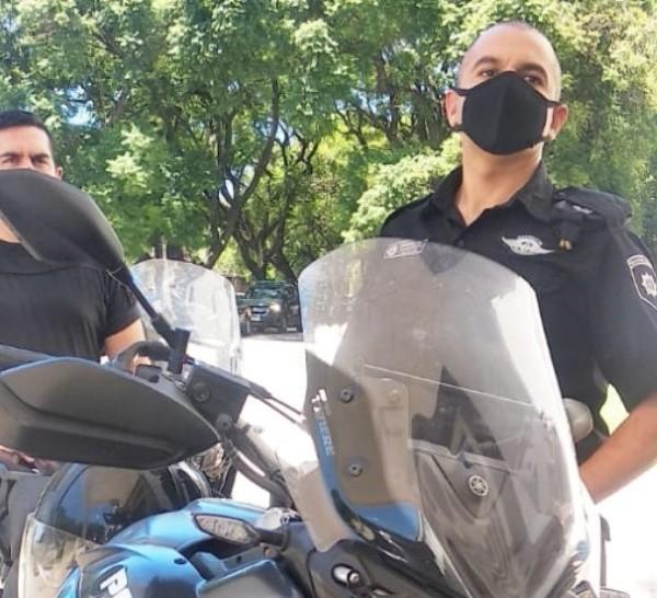 Los policías de la motorizada que persiguieron al ladrón por las calles de la ciudad.