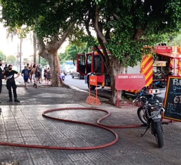 Peritos trabajaron en el lugar para determinar la causa del incendio.