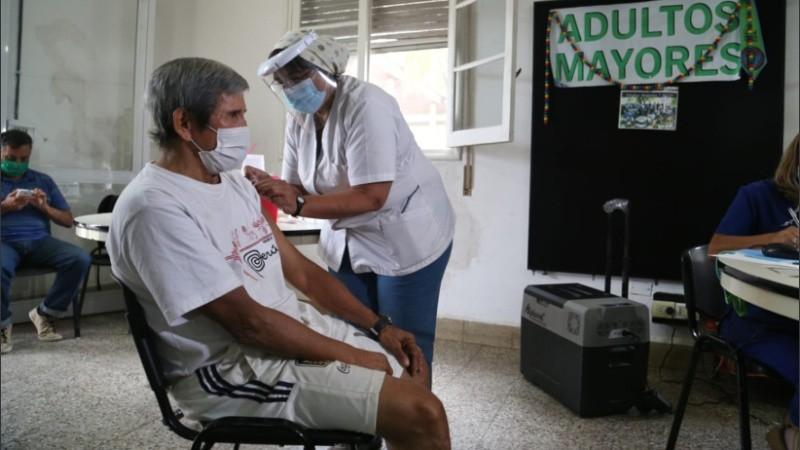 La vacunación en el refugio municipal de calle Grandoli.