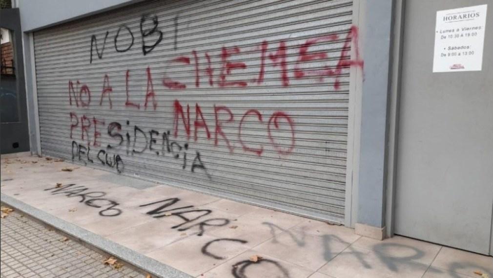 Pintadas en el frente del local comercial de Cristian D'Amico.