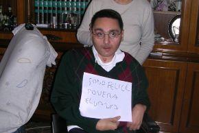 """Massimiliano Tresoldi tiene un cartello """"Io sono felice. Povera Eluana"""""""