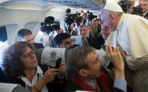 papa francesco aereo 3