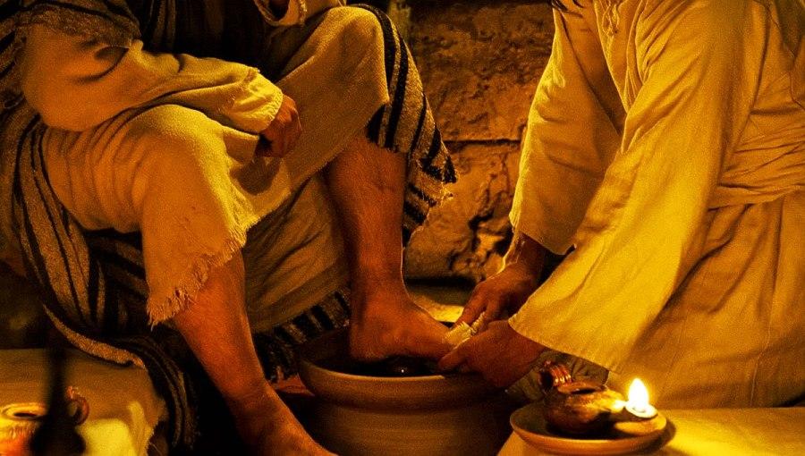 Lávense los pies unos a otros