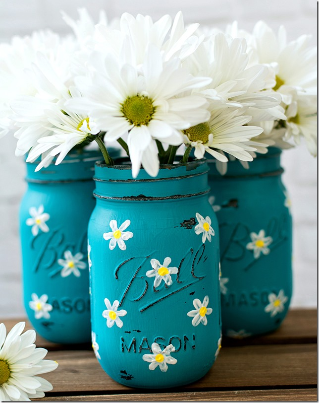 Spring Mason Jar Decor - Painted Daisy Mason Jars via Mason Jar Crafts Love | http://www.roseclearfield.com