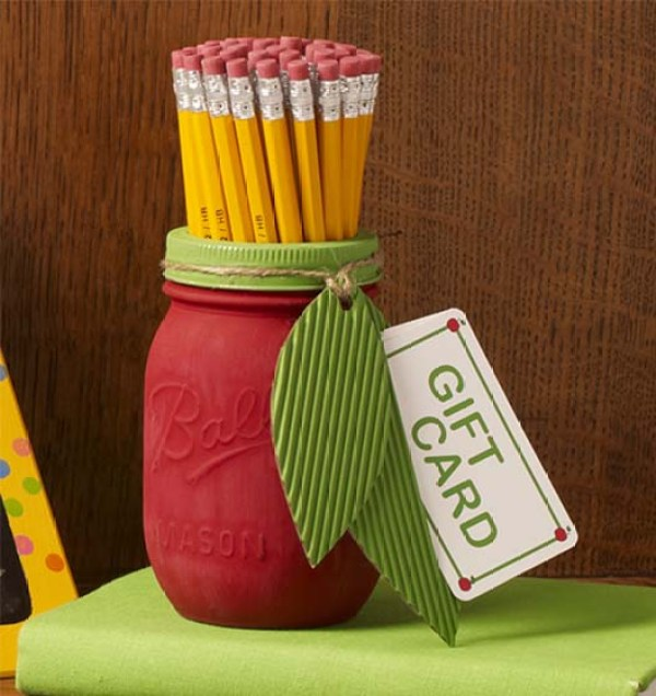 DIY Back to School Mason Jar Teacher Gifts - Apple Mason Jar Teacher Gift via Plaid Online | http://www.roseclearfield.com