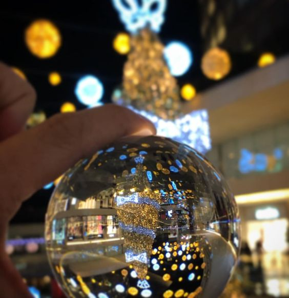 20 Creative Holiday Photo Ideas - Christmas Lensball Scene via Alejandro Lozada lacreid on Instagram | https://www.roseclearfield.com