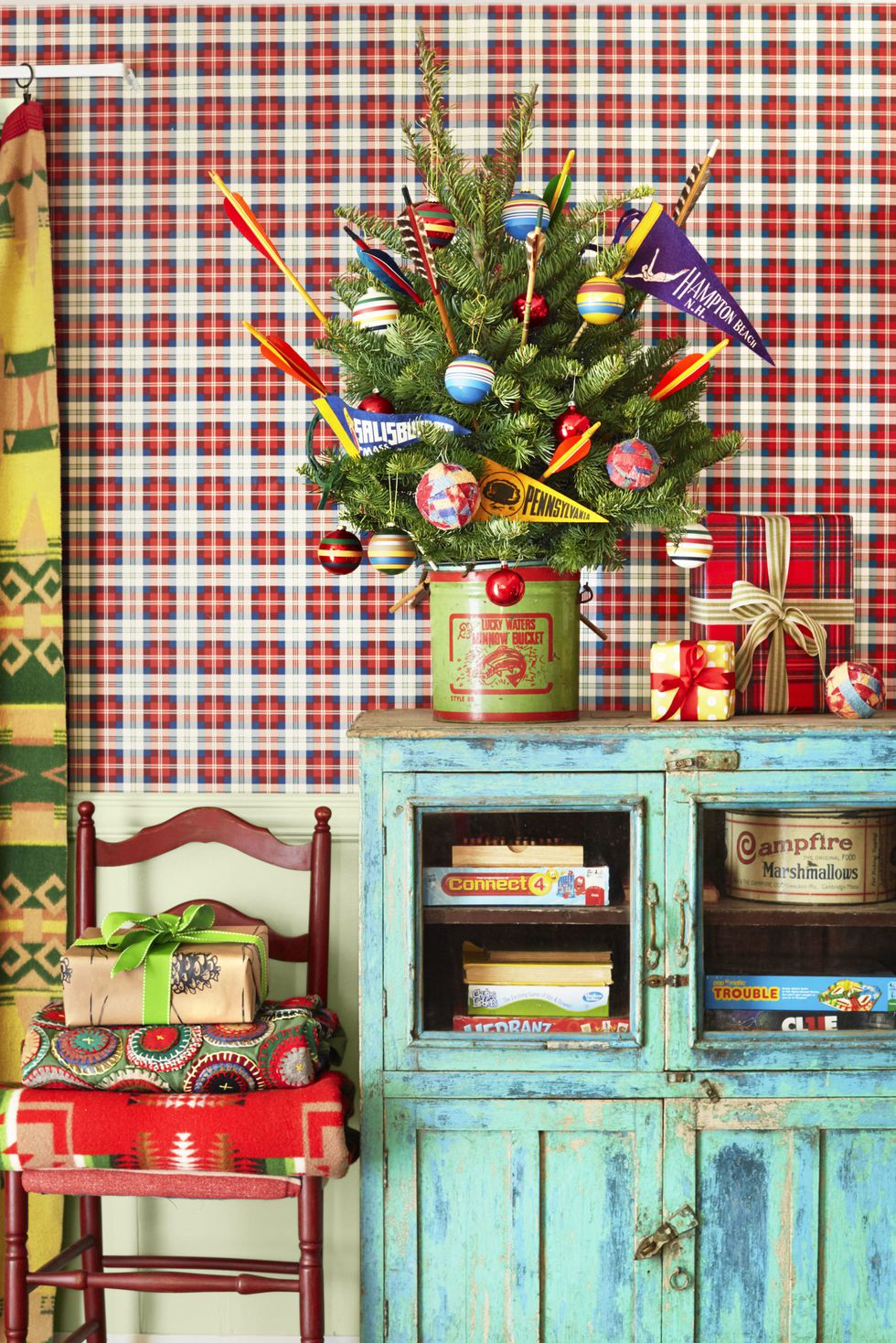 20 Creative Holiday Photo Ideas - Retro Christmas by David Tsay via Country Living | https://www.roseclearfield.com