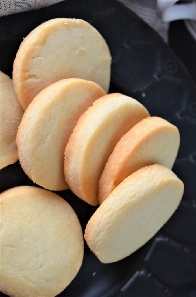 Small batch shortbread cookies via Sweet n Spicy Living. Perfect for two people! #shortbreadcookies #smallbatchcookies #dessertfortwo | https://www.roseclearfield.com