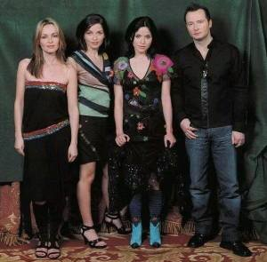 Photoshoot The Corrs, lirik dan terjemahan lagu queen of hollywood, maksud lagu queen of hollywood, makna lagu queen of hollywood