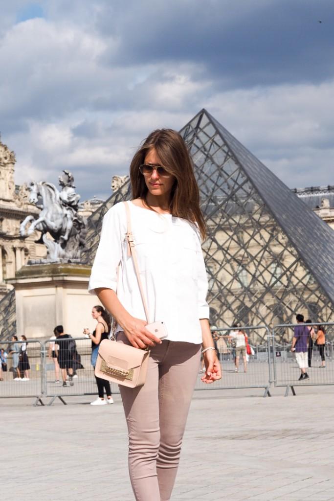 place_pyramide_Louvre_à_pieds