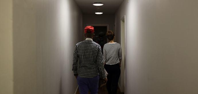 her på vej ned ad en af de pænere gange mod de gamle værelser.  - Foto: Kasper Hjorth