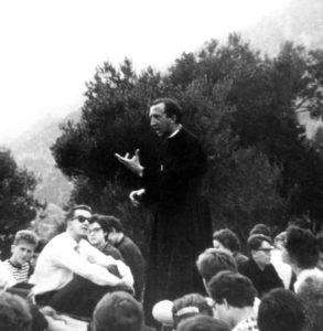 1960. Lezione di don Giussani durante la Settimana studenti a Varigotti.