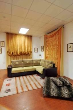 particolari showroom con divani, tappeti e tendaggi