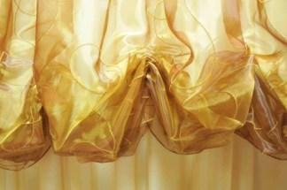 tenda a drappeggio in taffetà dorato