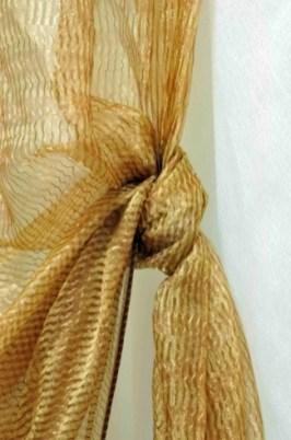 tenda lavorata con inserti dorati