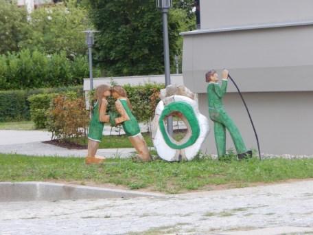 Die Holzfiguren vor der AOK